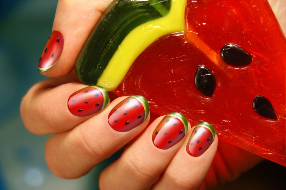 ۲۰ مدل طراحی ناخن شب یلدا با طرح هندوانه