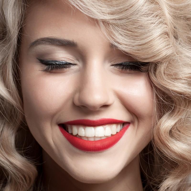 سفید کردن دندان با زغال و اثرات آن برای سلامت دهان و دندان