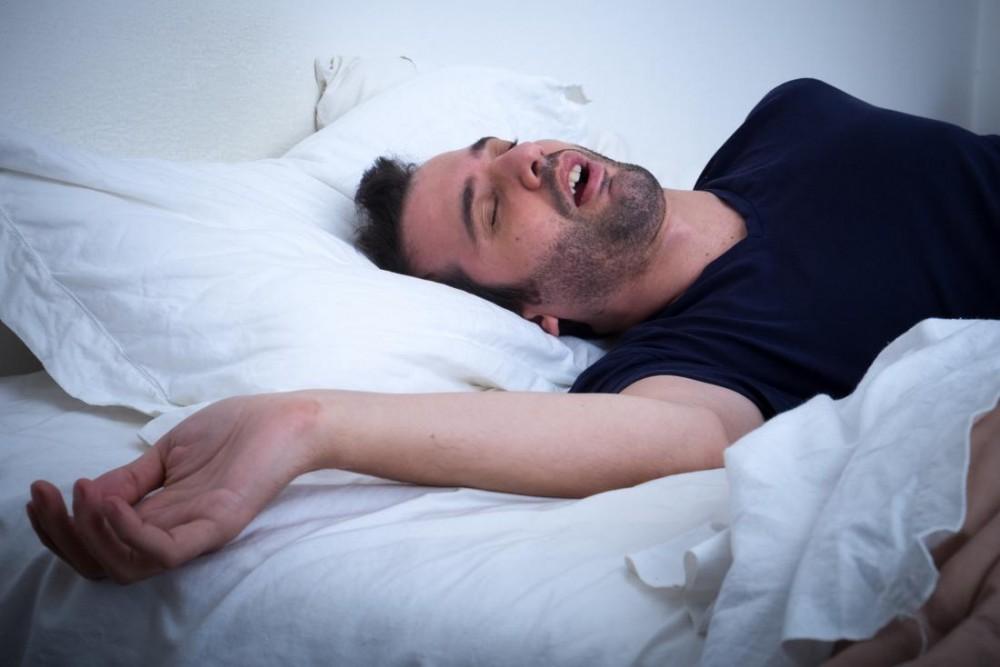 ضرر خوابیدن با دهان باز برای دندانها