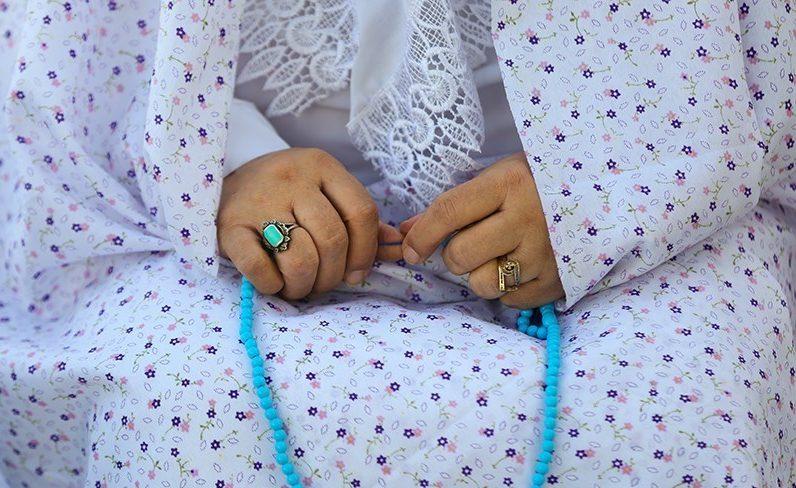 چرا باید زن به هنگام نماز حجاب داشته باشد؟