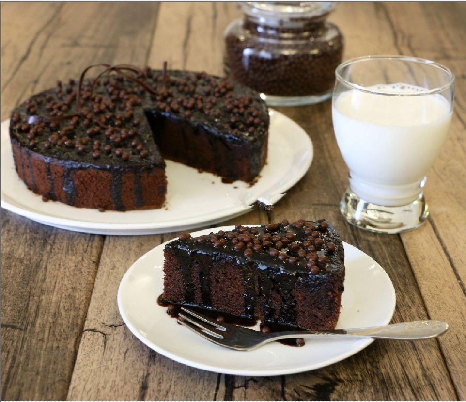 بهترین روش برای تهیه کیک خیس شکلاتی همراه با سس شکلات