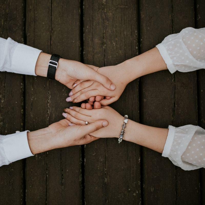 فواید گرفتن دستان همسر