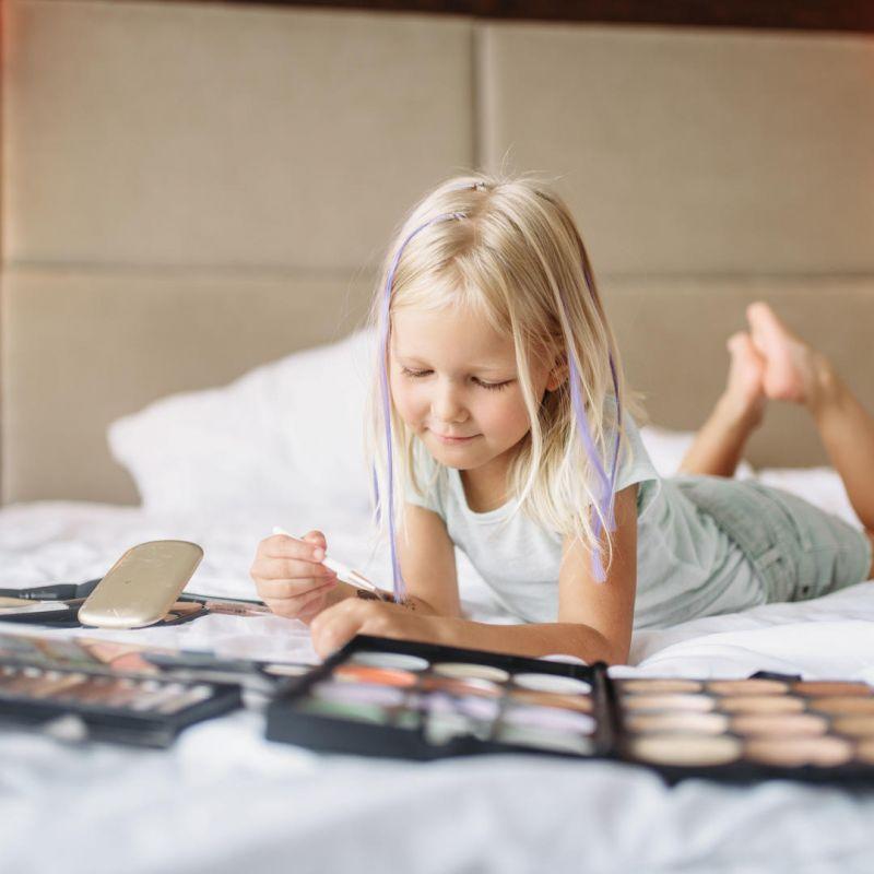عوارض آرایش کودکان | چرا کودکان، به لوازم آرایش، علاقه دارند؟