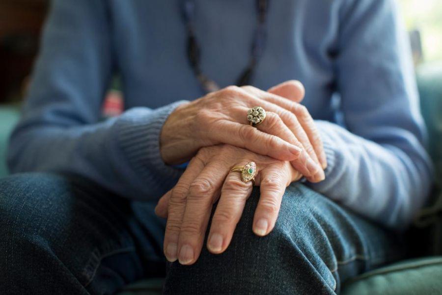 علت لرزش دست ها و راه های درمان آن