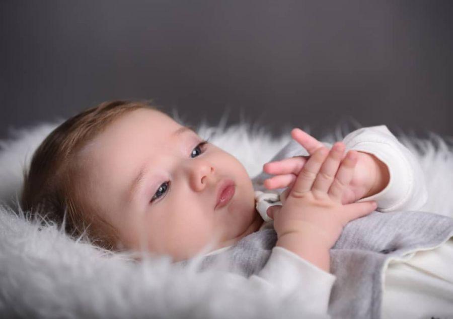 کودک با مالیدن چشمانش به شما چه میگوید؟