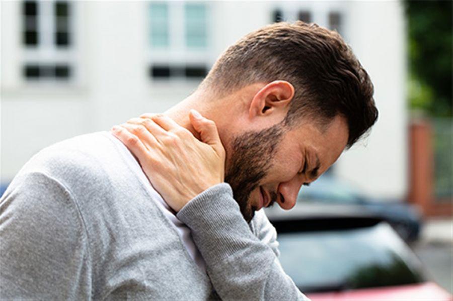 ویپلش یا درد ناشی از حرکت گردن چیست؟
