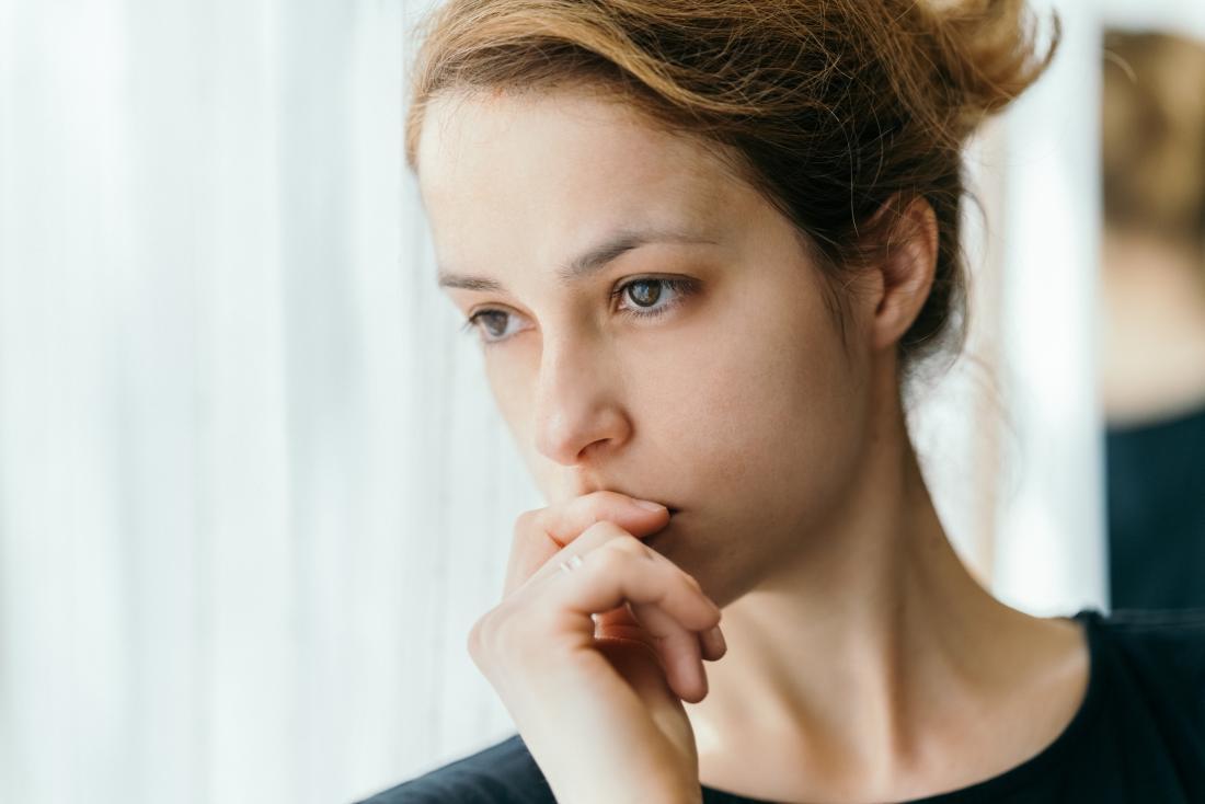 چه چیزی باعث تخلیه ترشحات قهوه ای قبل از دوره قاعدگی می شود؟