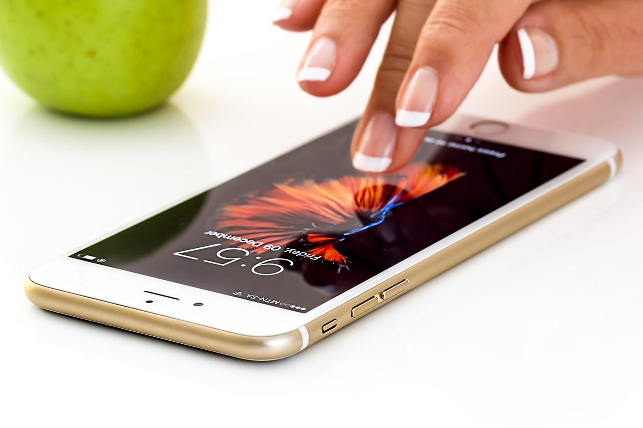 آیا از لکه های روی گوشی موبایل خسته شده اید ؟ و دنبال راهکارهایی برای تمیز کردن گوشی همراه خود می گردید ؟