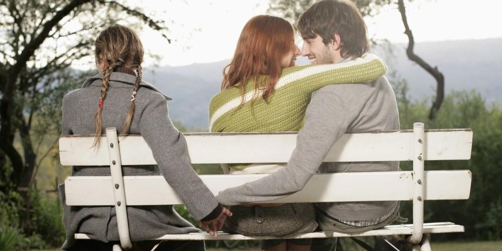۱۰ نشانه که بفهمید آیا دوست پسر تان با کس دیگری قرار میگذارد؟