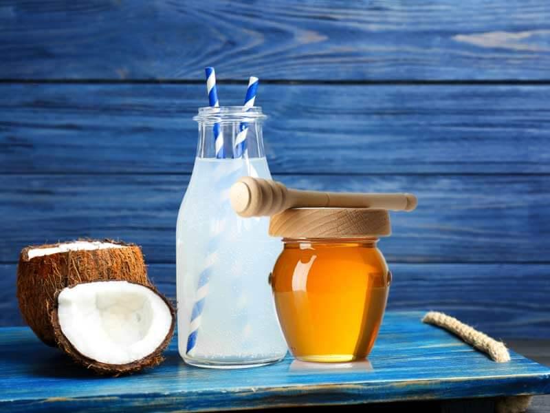 ۸ خاصیت استثنایی آب نارگیل و عسل