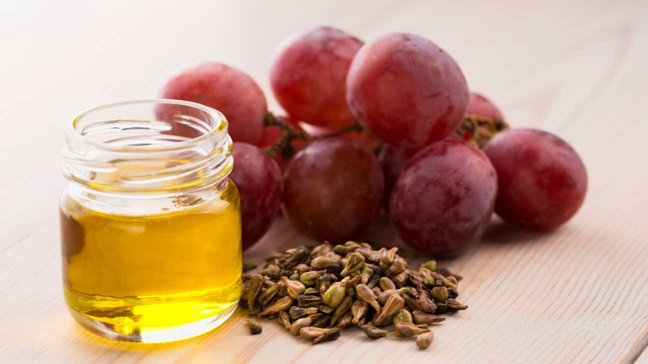 ۶ مزیت شگفت انگیز روغن هسته انگور برای سلامت مو