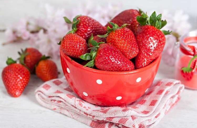 ۱۰ مزیت بی نظیر روغن توت فرنگی برای زیبایی پوست
