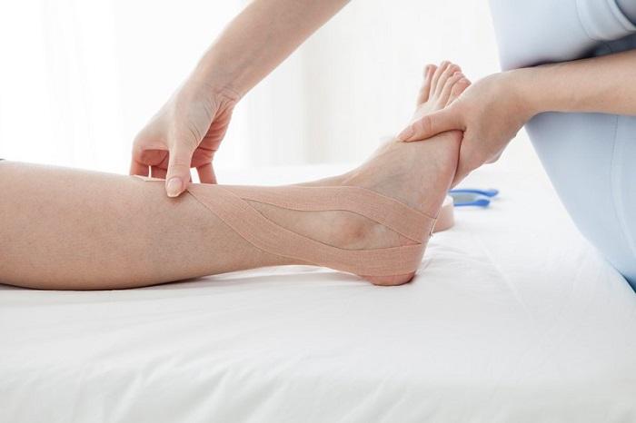 10 درمان خانگی مفید برای برطرف کردن ورم پاها