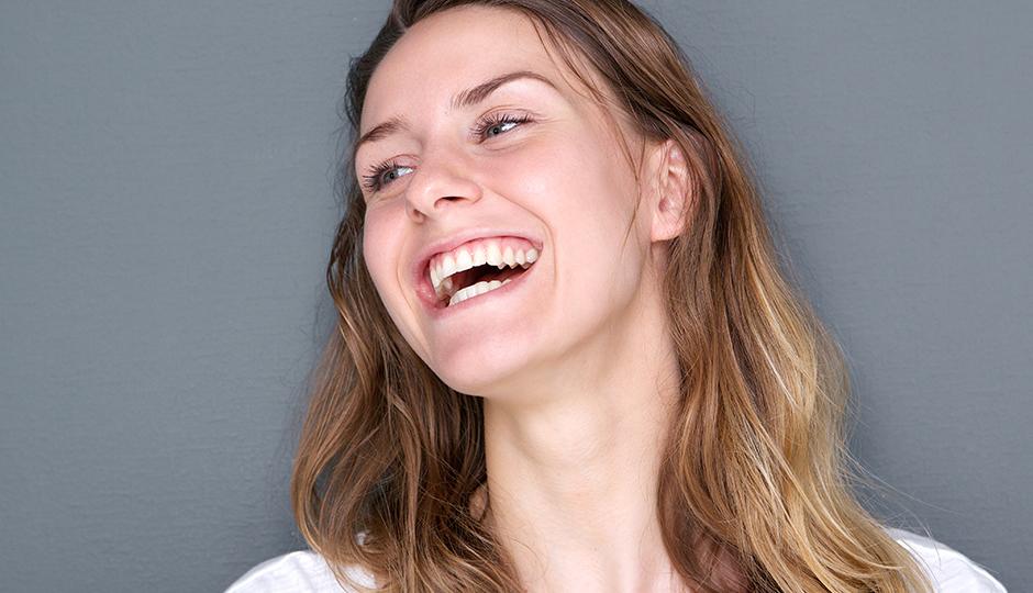 ۱۰ فایده لبخند زدن که تا به حال نمیدانستید