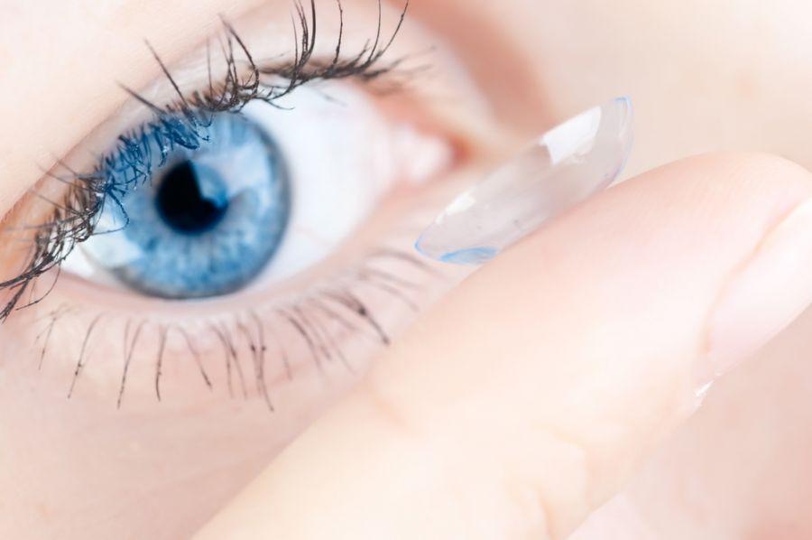 شنا کردن با لنز : آیا میتوان در استخر  از لنز طبی استفاده کرد ؟