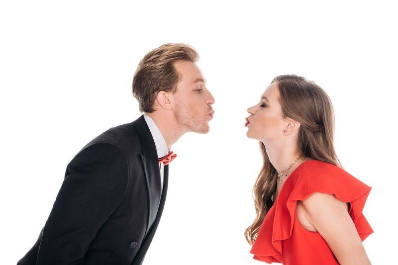۵۳ تعبیر و تفسیر بوسه دادن و بوسیدن در خواب