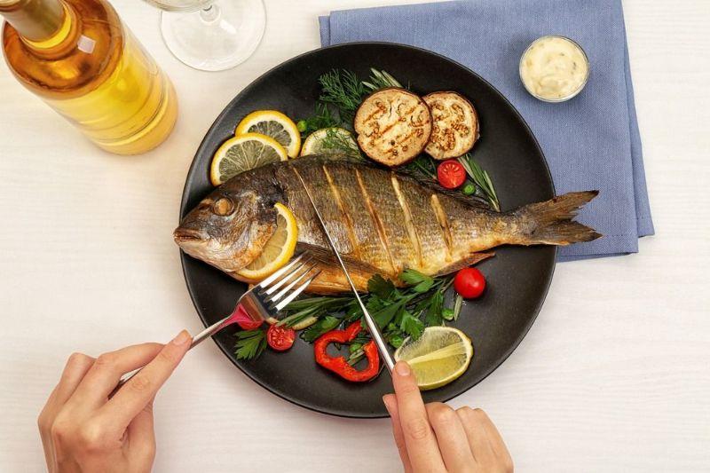 ۷ نشانه و تعبیر خواب خوردن ماهی