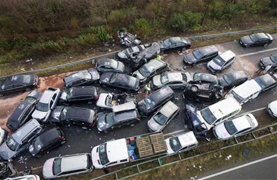 تصادف زنجیرهای ۳۰ خودرو در جاده قزوین کرج + جزئیات