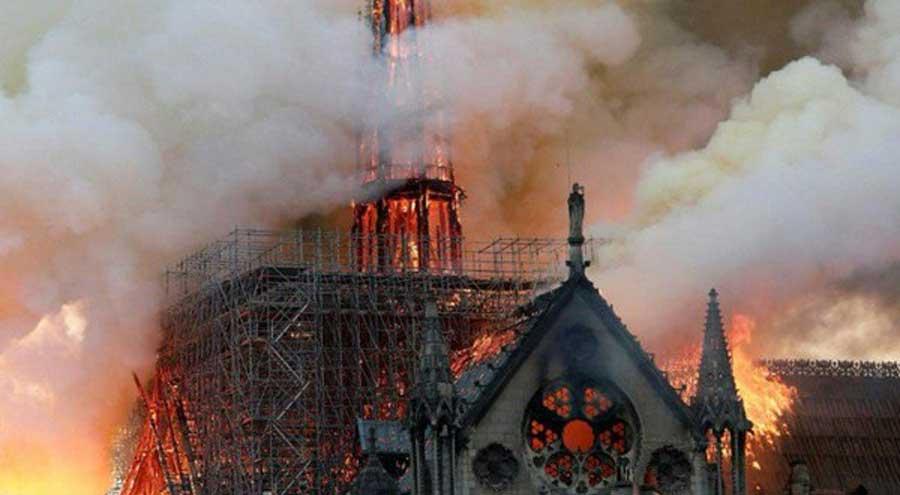 سوختن کلیسای معروف نوتردام پاریس + تصاویر