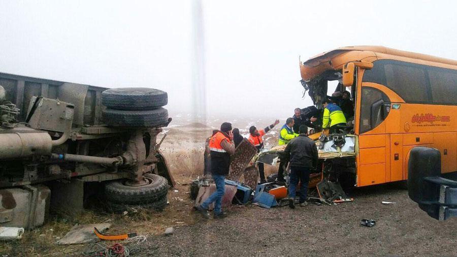 ۳۰ کشته و مصدوم در تصادف اتوبوس و کامیون در جاده مشهد به یزد