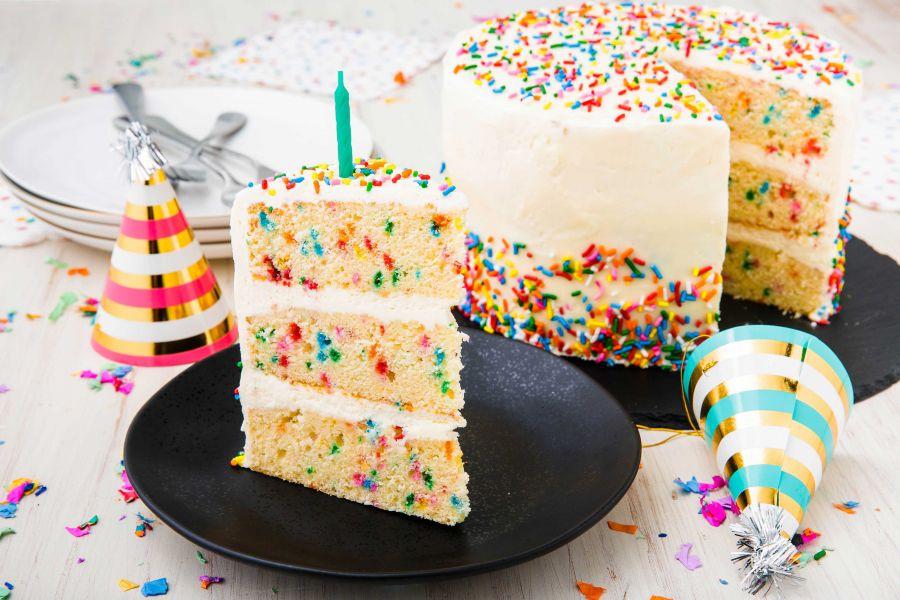 طرز تهیه کیک تولد خامه ای ساده و خوشمزه