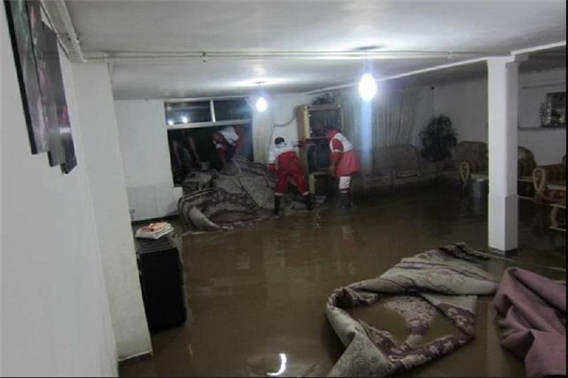 سیل باعث آبگرفتگی منزل های مسکونی در شهرهای غربی اصفهان شد