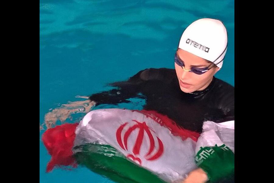 بانوی خوزستانی رکورد شنا با دستان بسته را ثبت کرد