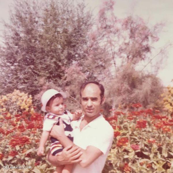 کودکی رضا یزدانی در آغوش پدرش