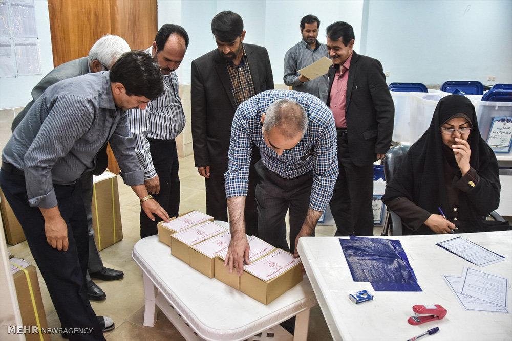 تصاویر آماده سازی صندوق و تعرفه های رای در شهرضا