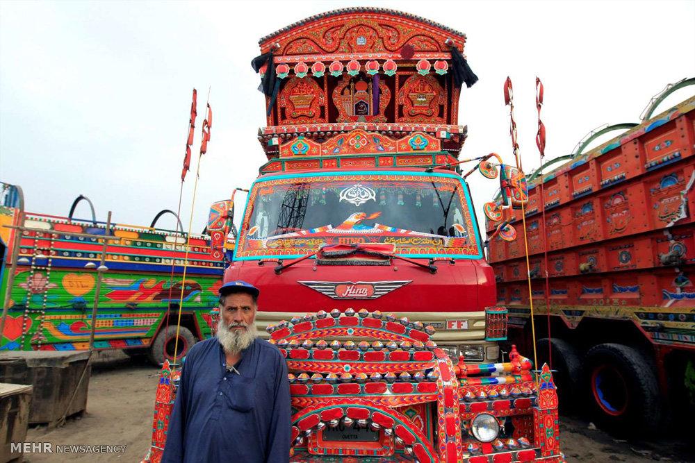 تصاویر کامیون های پر نقش و نگار پاکستانی