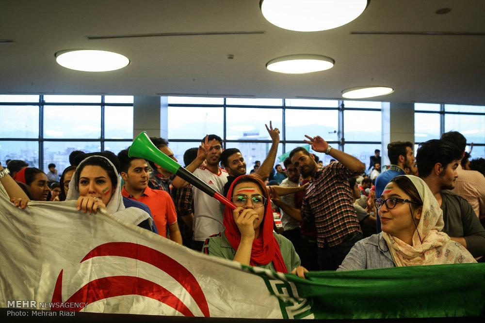 تصاویر تماشای دیدار تیم های ملی فوتبال ایران و مراکش در پردیس چارسو