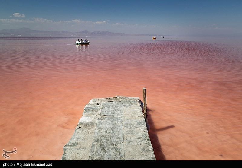 قرمز شدن آب دریاچه ارومیه + تصاویر