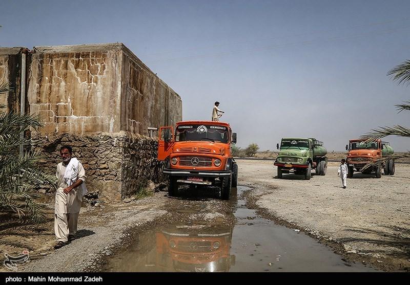 تصاویر آبرسانی با تانکر آب در روستای دک باهو  چابهار