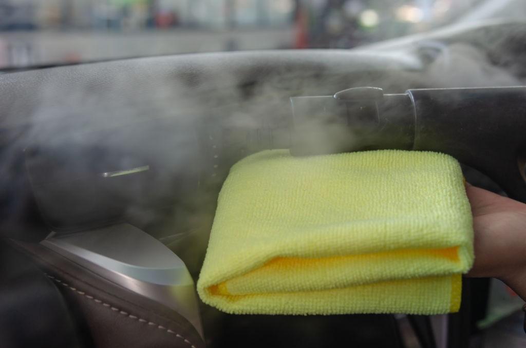 تمیزکردن سقف ماشین با بخارشو و دستمال