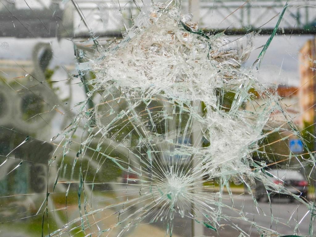 ترک خوردن شیشه خودرو