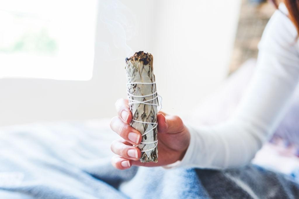 سوزاندن برگ بو و کاهش استرس و انرژی منفی
