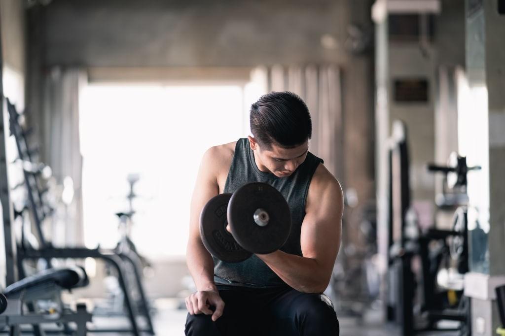 آموزش حرکات - جلو بازو تمرکزی (دمبل تک خم)