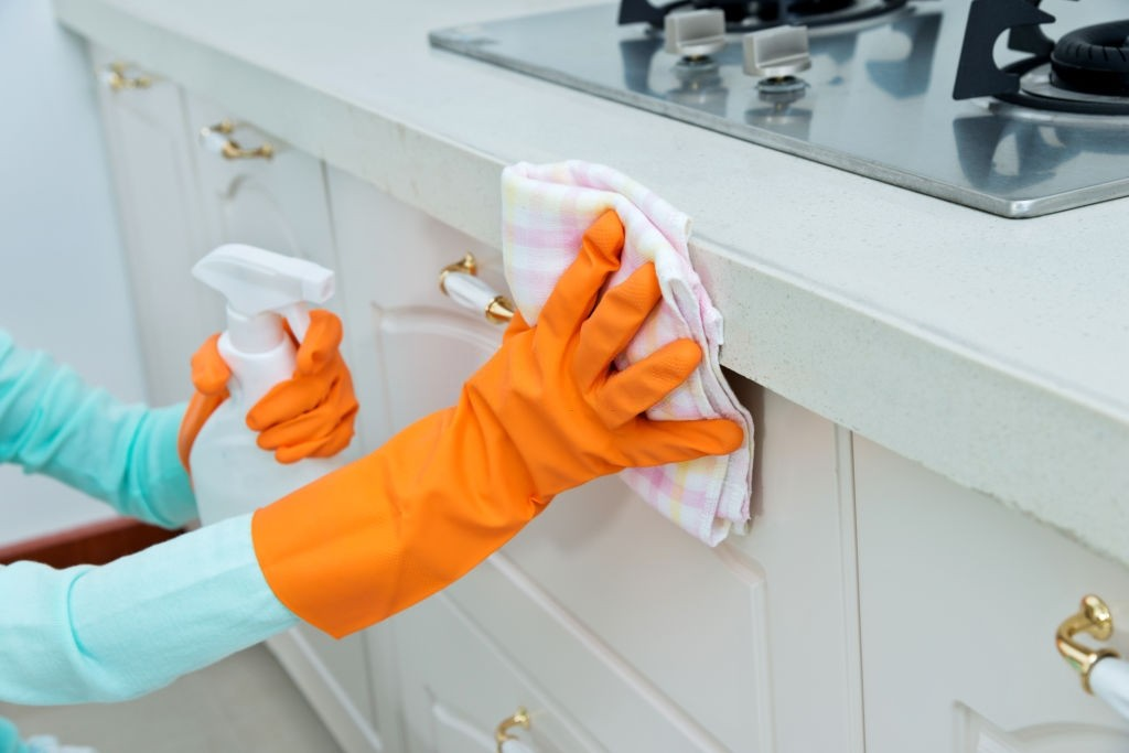 چگونه به آسانی لکه چربی را از روی کابینت پاک کنیم ؟
