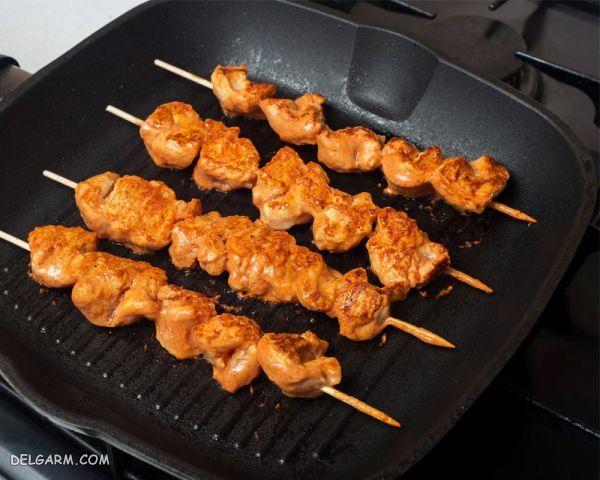 کردن پر کردن شکم مرغ    اشتباهات رایج هنگام پخت مرغ