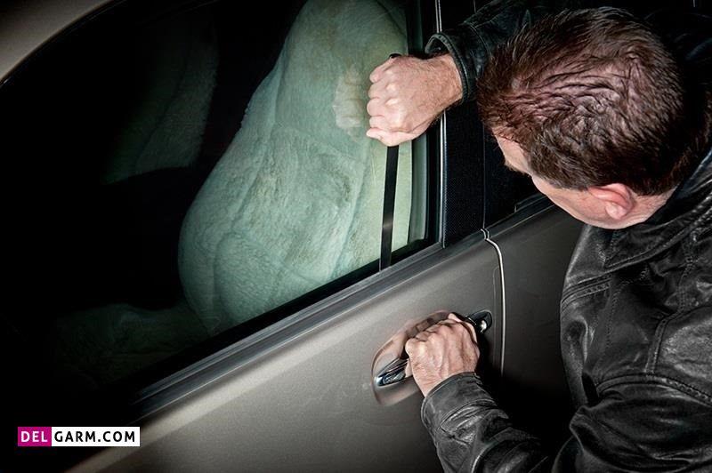 باز کردن درب ماشین با استفاده از سیخ در هنگام جا ماندن کلید در ماشین