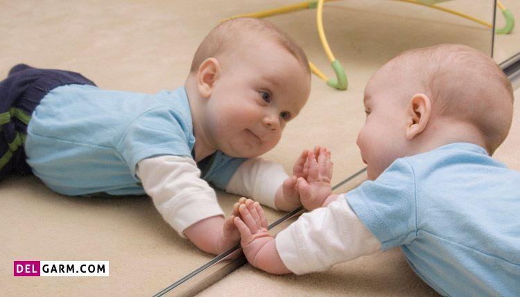 نگاه کردن نوزاد در آینه