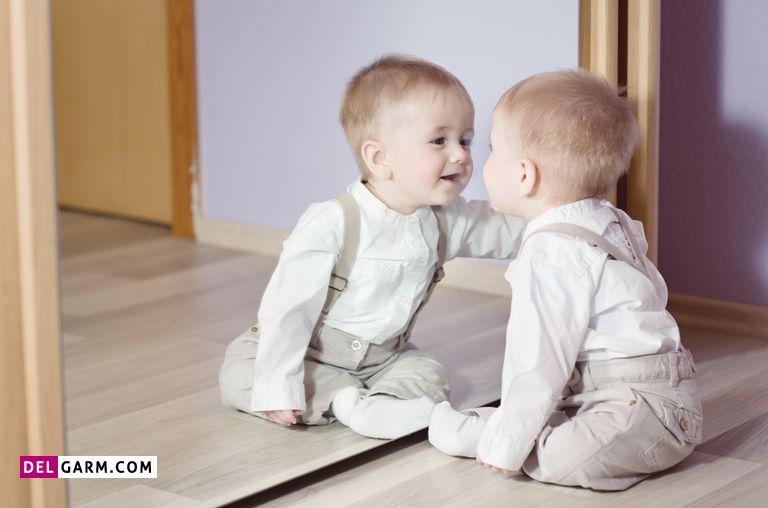 نگاه کردن کودک به آینه