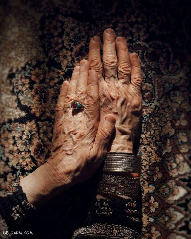 عکس دست پیرزن