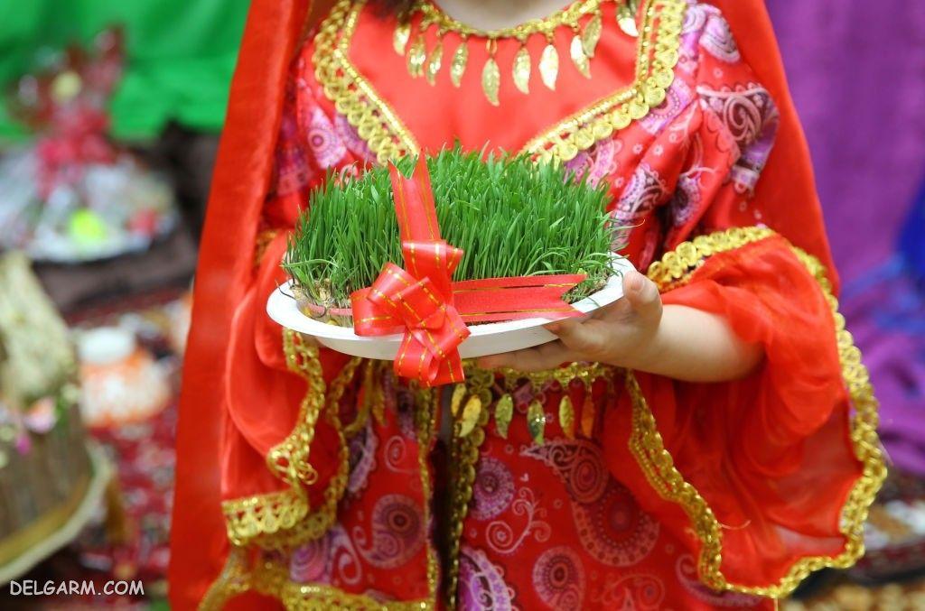 عکس سبزه در دست دختر