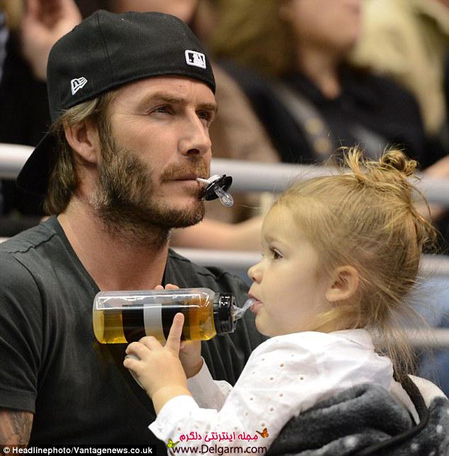 دیوید بکهام با دخترش هارپر قبل از شروع بازی هاکی