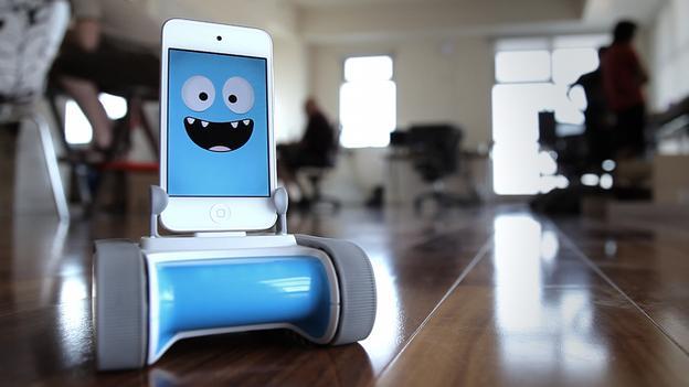 ربات ارزان و دوست داشتنی که توسط  گوشی های هوشمند شارژ می شود
