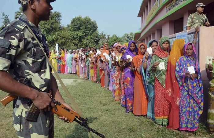 زنان هندی در صف رای گیری