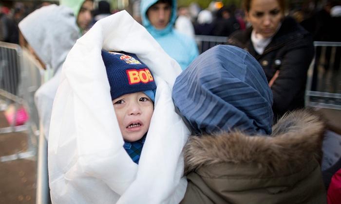 مهاجران سوری در سرمای شدید در برلین منتظر انجام کارهای اداری برای ورود به پناهگاه