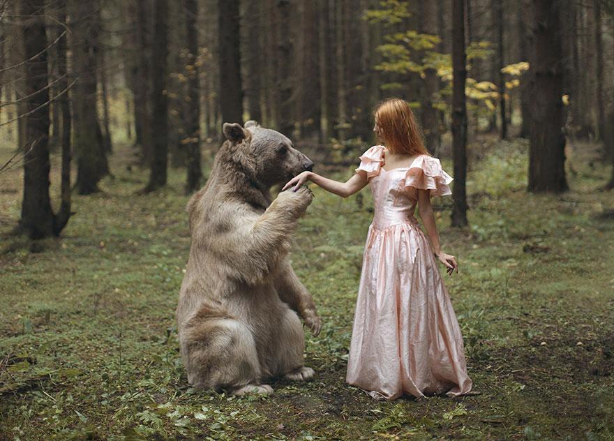 تصاویر زیبا و هیجان انگیز دختر روسی با حیوانات جنگل