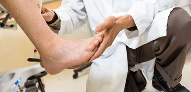 معاینه پزشک برای درمان خار پاشنه